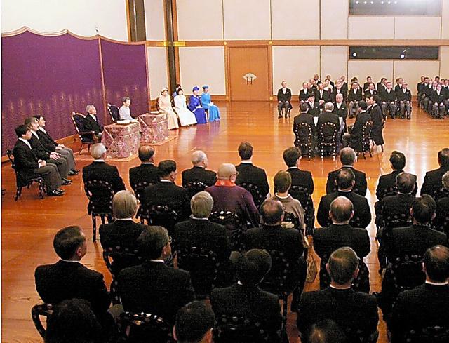 元兵庫県知事の故・貝原俊民さんが招かれた歌会始の儀=2002年1月、皇居・宮殿、代表撮影