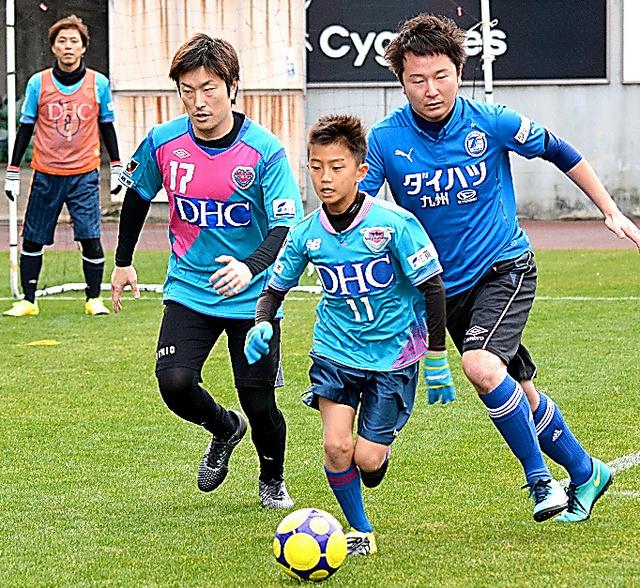 老若男女に親しまれるフットサル。サッカーより狭いコート、弾みにくい一回り小さいボールでプレーする