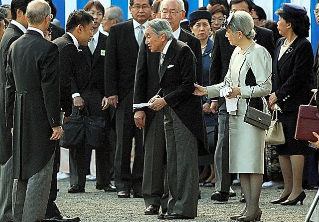 園遊会で山本太郎参院議員(左)から手紙を受け取る天皇陛下=2013年10月31日、東京・元赤坂の赤坂御苑、朝日新聞社撮影
