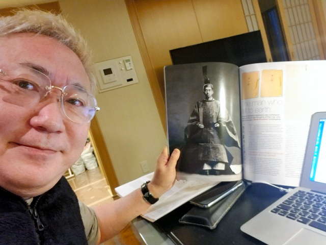 「昭和天皇独白録」の原本とされる文書を落札した直後の高須克弥院長(本人提供)