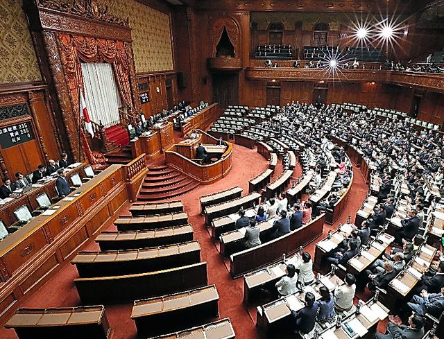 天皇陛下の退位を実現する特例法が参院本会議で可決、成立した=6月9日、朝日新聞社撮影