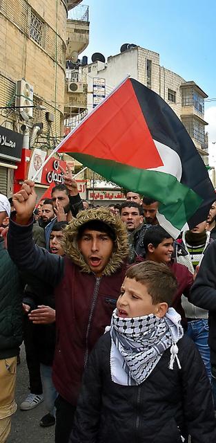 ヨルダン川西岸のパレスチナ自治区ラマラで7日、トランプ米大統領の演説に抗議する人々=渡辺丘撮影