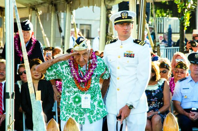 米ハワイ州のアリゾナ記念館で7日に開かれた式典で、敬礼する真珠湾攻撃の生存者=AP