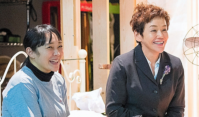 共演の西尾まりさん(左)と。休憩時間は笑ってばかりでした(C)引地信彦