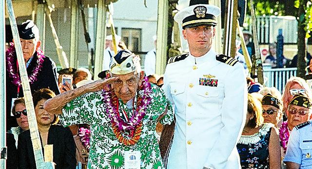 アリゾナ記念館で7日に開かれた式典で、敬礼する真珠湾攻撃の生存者=AP