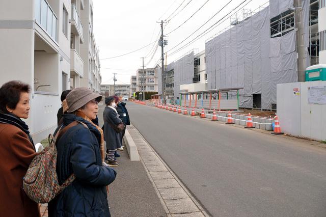 建設中の災害公営住宅を眺める川村一子さん(左から2人目)と阿部辰子さん(左端)=盛岡市月ケ丘