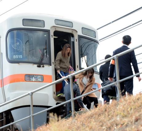 東海道線パンタグラフ破損、線路上に通勤客らの列