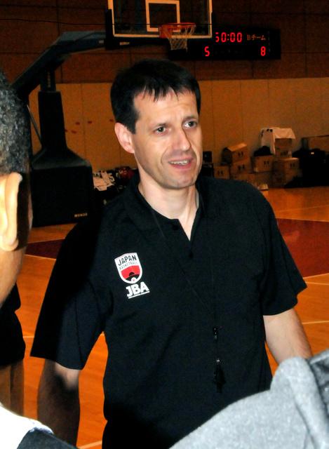 ナショナル・トレーニングセンターで中学生を指導するロイブルさん