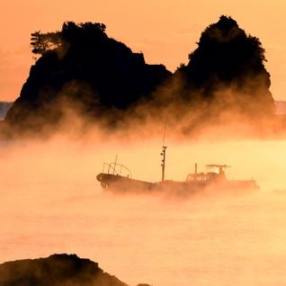 朝焼けに染まる「海霧」、船を浮かべる 和歌山・串本