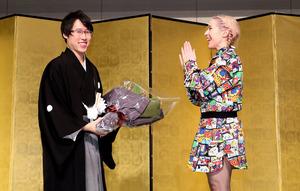 井山新名人が就位、2度目の七冠祝賀会も「さらに上を」