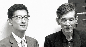 斎藤秀雄(右)と。「小澤のリズム感と秋山の叙情性、足して2で割ったらいい指揮者ができる」とおどけて話した=1960年ごろ