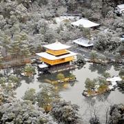 金閣寺、うっすら雪化粧 神戸では初雪観測