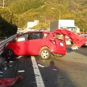 東名で乗用車が逆走か トラックと衝突、2人死亡