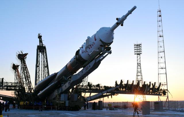 金井さんが乗るソユーズロケット。発射場で垂直に立ち上げられた=15日、カザフスタン・バイコヌール、小宮山亮磨撮影
