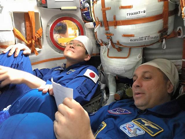 ソユーズ宇宙船「MS―07」のシートの感触を確かめる金井宇宙飛行士(左)=5日、金井飛行士のツイートから