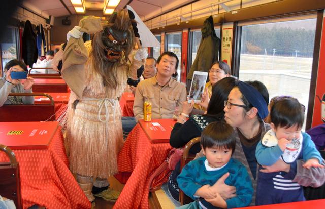 こたつ列車内では「なもみ」が登場。乗客を楽しませた=三陸鉄道