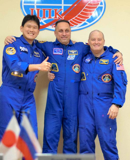 会見後に笑顔を見せる金井宣茂宇宙飛行士(左)ら=16日、バイコヌール、小宮山亮磨撮影