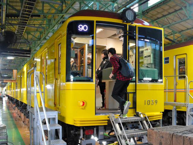 開業当時をイメージした銀座線の車両に乗り込む乗客=台東区