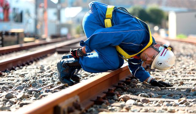 通常は列車が通らない車両基地近くの線路で、レールの点検作業を再現する。雨の日も雪の日も繰り返すこの作業が、鉄路の安全を守る=相模原市、倉田貴志撮影