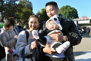 802cbe1219a0 上野動物園で6月に生まれた赤ちゃんパンダ「シャンシャン」の名は、32万人余が投じた公募から選ばれた。この名を推した5161人のうち、代表として10月の「名前  ...
