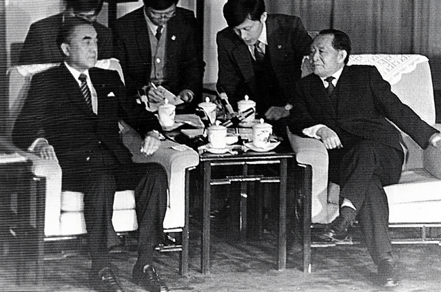 北京の人民大会堂で会談する中曽根康弘首相(左)と胡耀邦・中国共産党総書記=1986年11月8日