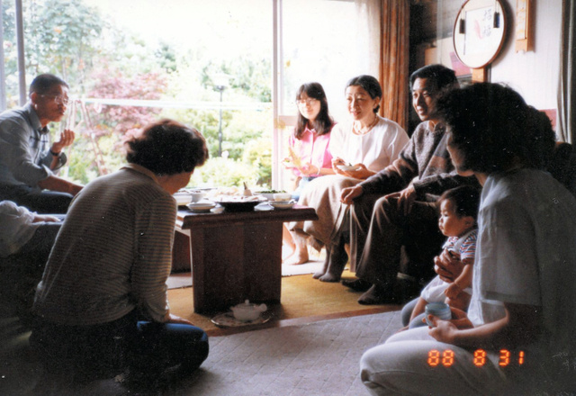 井出久次さん宅を訪れた皇太子ご夫妻時代の天皇、皇后両陛下と紀宮さま(黒田清子さん、1988年8月、長野県軽井沢町、小須田愛子さん提供)