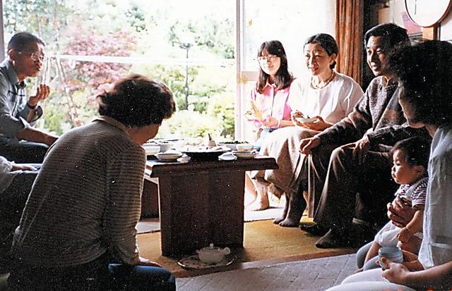 井出久次さん宅を訪れた皇太子ご夫妻時代の天皇、皇后両陛下と紀宮さま(黒田清子さん)=1988年8月、小須田愛子さん提供