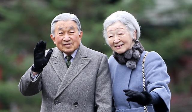 井の頭公園を散策する天皇、皇后両陛下=11月22日、東京都三鷹市