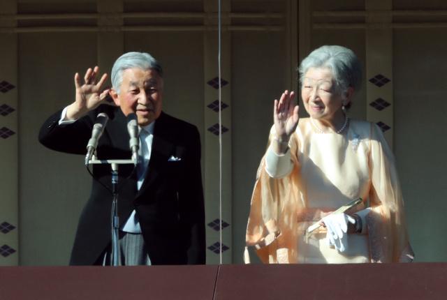 集まった人たちに手を振る天皇、皇后両陛下=23日午前10時23分、皇居、嶋田達也撮影