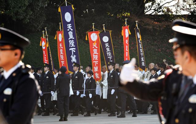 天皇誕生日の一般参賀で、宮殿東庭に入る人たち=23日午前9時36分、皇居、迫和義撮影