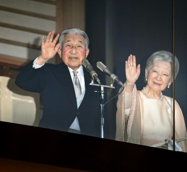 一般参賀でベランダから手を振る天皇、皇后両陛下=23日午前11時43分、皇居、迫和義撮影