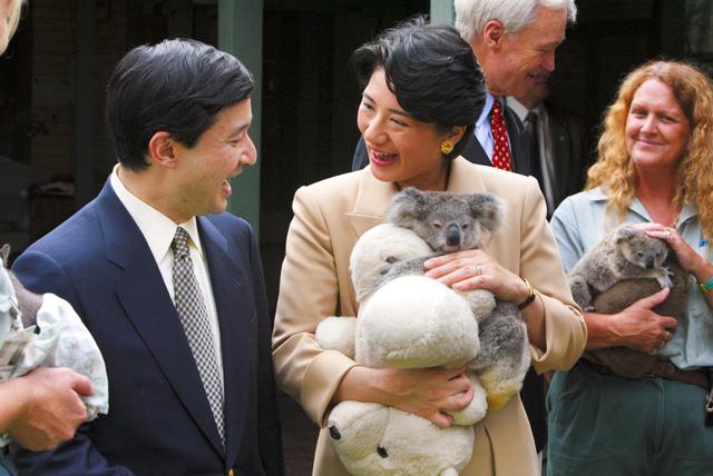 豪シドニーのタロンガ動物園で、コアラ抱き、笑顔で見つめ合う皇太子さまと雅子さま=2002年12月