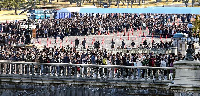 一般参賀には多くの人が訪れた=23日午前、皇居、嶋田達也撮影