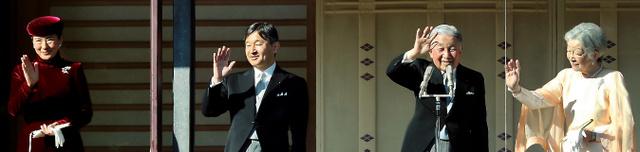 一般参賀に集まった人たちに手を振る天皇、皇后両陛下、皇太子ご夫妻=23日午前、皇居