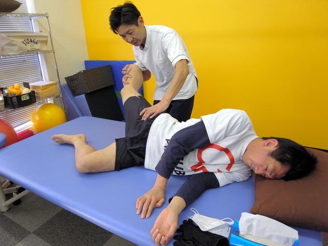 フルマラソンで4時間切りを目標に、リハビリをする千葉豊さん=さいたま市大宮区の脳梗塞(こうそく)リハビリセンター