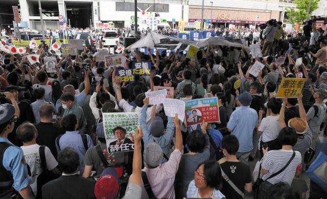 安倍晋三首相が街頭演説をする会場にはプラカードを掲げて抗議する人たちも見られた=7月1日午後、東京都千代田区、西畑志朗撮影
