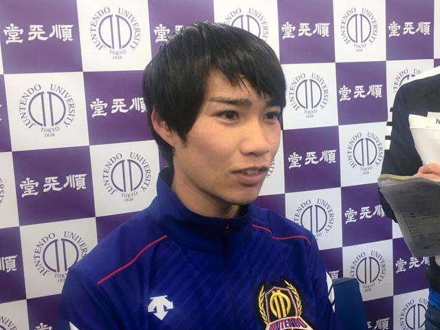 12月の記者会見で話す塩尻和也。走っていない時はおっとりしている