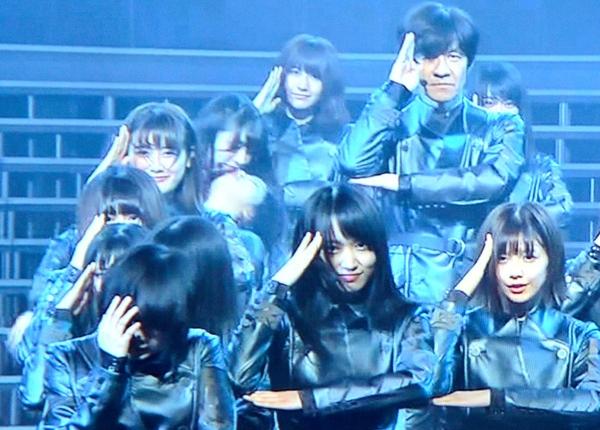 欅坂46メンバー、紅白ステージで倒れる 3人過呼吸か:朝日