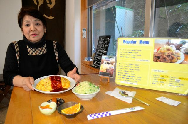 鈴木健吾の大好物、喫茶「ソフト珈琲」のオムライス。玉ネギとハムがたっぷり入ってボリューム満点。サラダや小鉢もついて600円とお得だ
