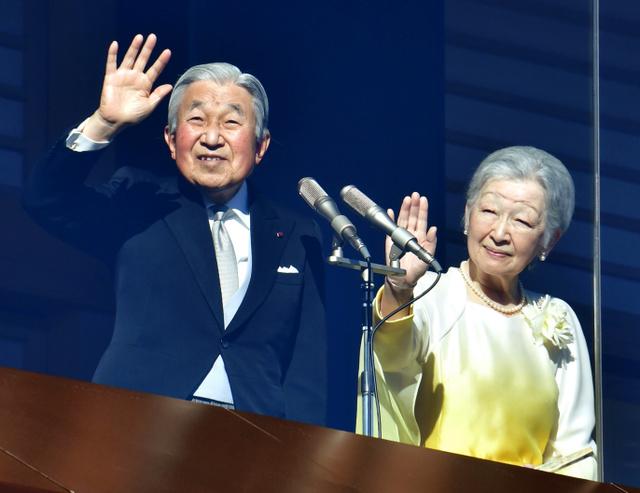 新年の一般参賀で、手を振る天皇、皇后両陛下=2日午前10時13分、皇居、山本裕之撮影