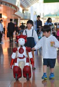 羽田空港で利用者の案内をするロボット「EMIEW3(エミュースリー)」
