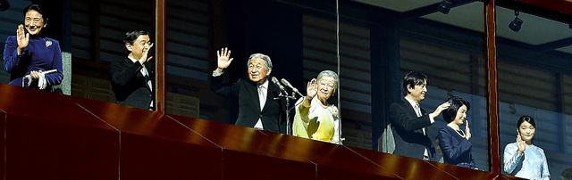 一般参賀に集まった人たちに向かって手を振る天皇、皇后両陛下、皇太子ご夫妻、秋篠宮ご夫妻と長女眞子さま=2日午前10時13分、皇居