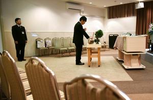 親族もいない簡素な葬儀。NPO法人「きずなの会」の職員2人が参列した=愛知県内、飯塚晋一撮影