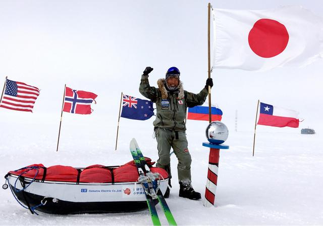 5日午後(日本時間6日未明)、南極点に到達した冒険家の荻田泰永さん(本人提供)