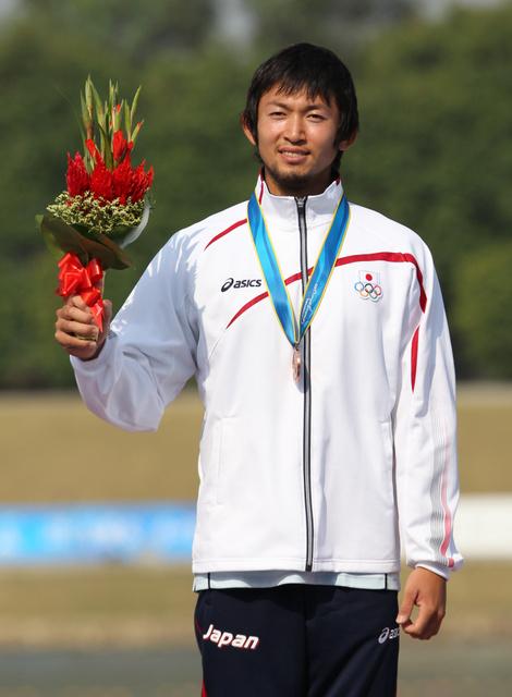 2010年広州アジア大会の男子スプリント・カヤックシングルで銅メダルを獲得した鈴木康大選手