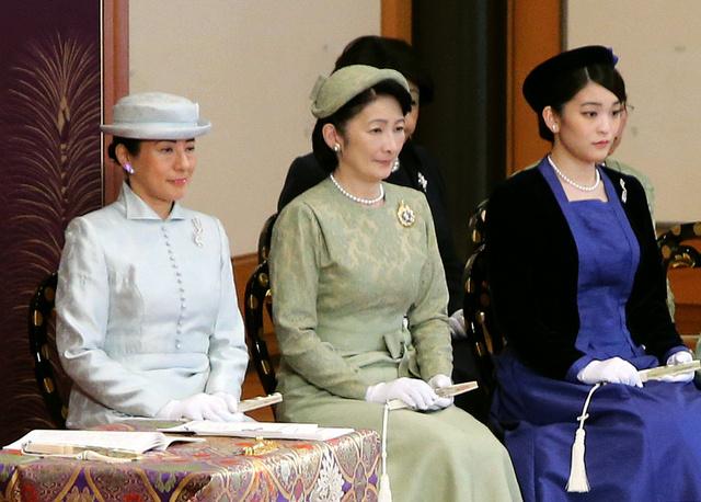 「講書始の儀」に出席した雅子さま、紀子さま、眞子さま=10日午前、皇居・宮殿、代表撮影