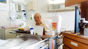 内科の大部屋から緩和ケア病棟の個室に移って間もないころの父。ここの病院での入院期間が1カ月に近づいたころから、個室に入りたいと言い出していた。取材の移動中に立ち寄った私に「テレビが見放題になったのが本当にうれしい。ありがとう、ありがとう」と満面の笑みを見せた=東京都品川区