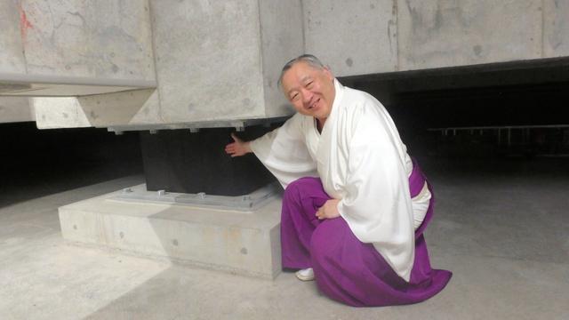 「ここで揺れを吸収します」。有馬頼央宮司が免震構造を説明してくれた=東京都中央区日本橋蛎殻町