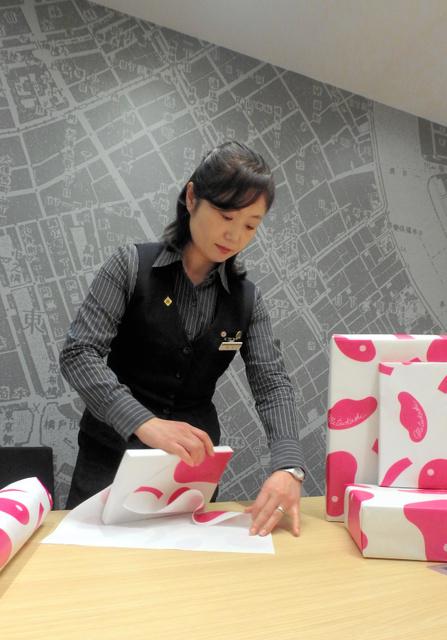 「華ひらく」で包装する桐生千恵子さん=東京都中央区日本橋室町