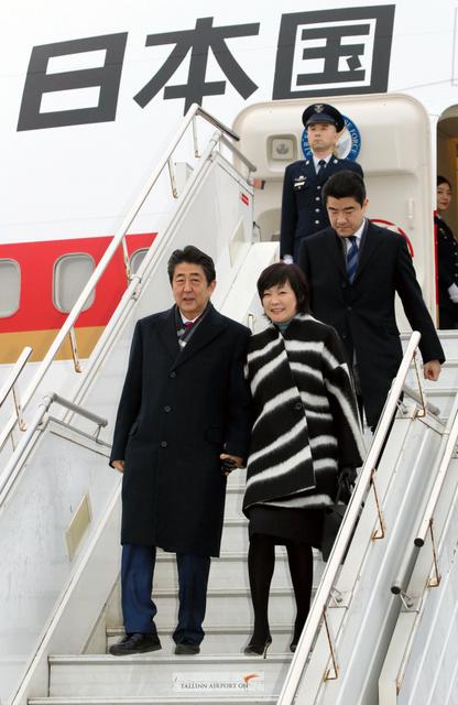 政府専用機でエストニアに到着した安倍晋三首相(手前左)と昭恵夫人(同右)=12日午後2時58分、レンナルト・メリ・タリン空港、岩下毅撮影